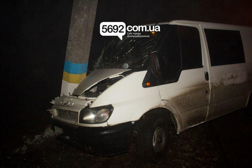 В Днепродзержинске на Баглее произошло ДТП: автомобиль врезался в электроопору, приостановлено движение трамваев (фото) - фото 1