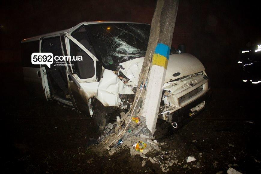 В Днепродзержинске на Баглее произошло ДТП: автомобиль врезался в электроопору, приостановлено движение трамваев, фото-2