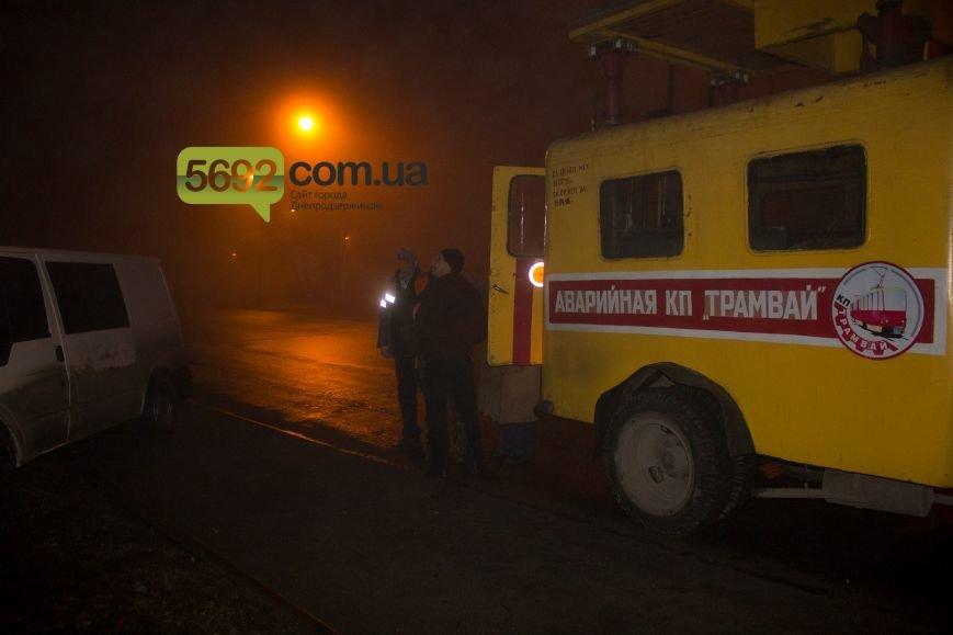 В Днепродзержинске на Баглее произошло ДТП: автомобиль врезался в электроопору, приостановлено движение трамваев (фото) - фото 4