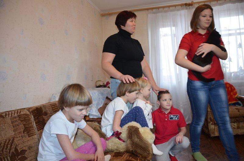 Керівництво області завітало з подарунками до багатодітної родини переселенців з Горлівки (фото) - фото 1