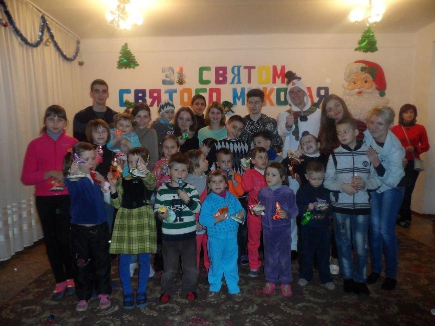 Днепродзержинские студенты поздравили детей из приюта с Днем Святого Николая (фото) - фото 3