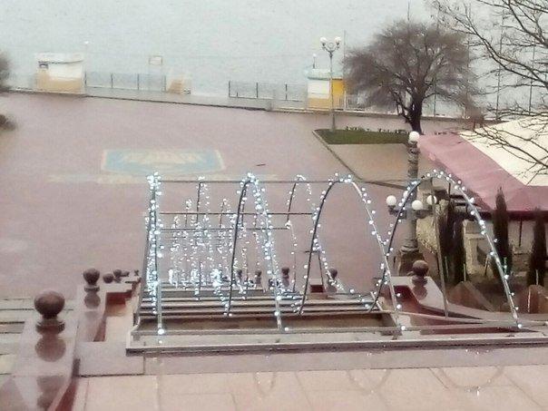 Фонтан «Каскад» у Тернополі оздобили яскравою ілюмінацією у новорічному стилі (фото) (фото) - фото 1