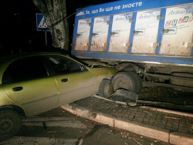 В Мариуполе военный на грузовике врезался в легковушку. Есть пострадавшие (ФОТО+ДОПОЛНЕНО), фото-1