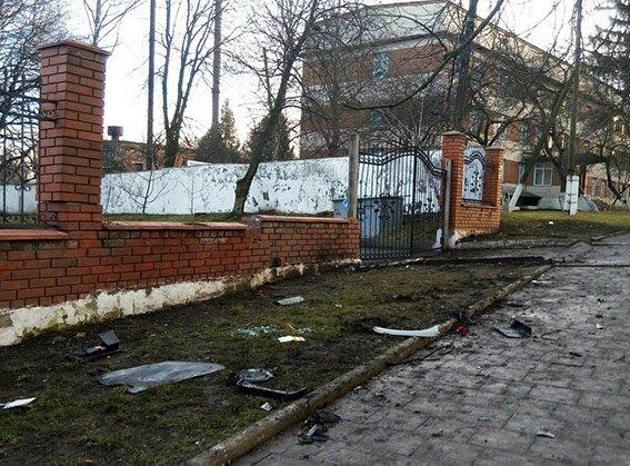 У Хмельницькому 60-річний водій врізався у паркан коледжу: чоловік у реанімації (Фото) (фото) - фото 1