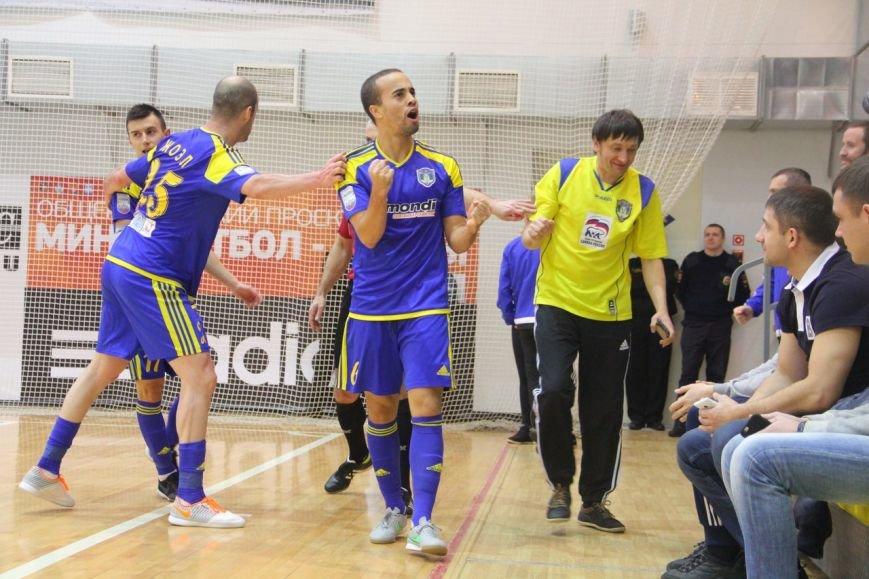 За минуту до окончания матча сыктывкарские футболисты забили решающий мяч в ворота питерцев (фото) - фото 1