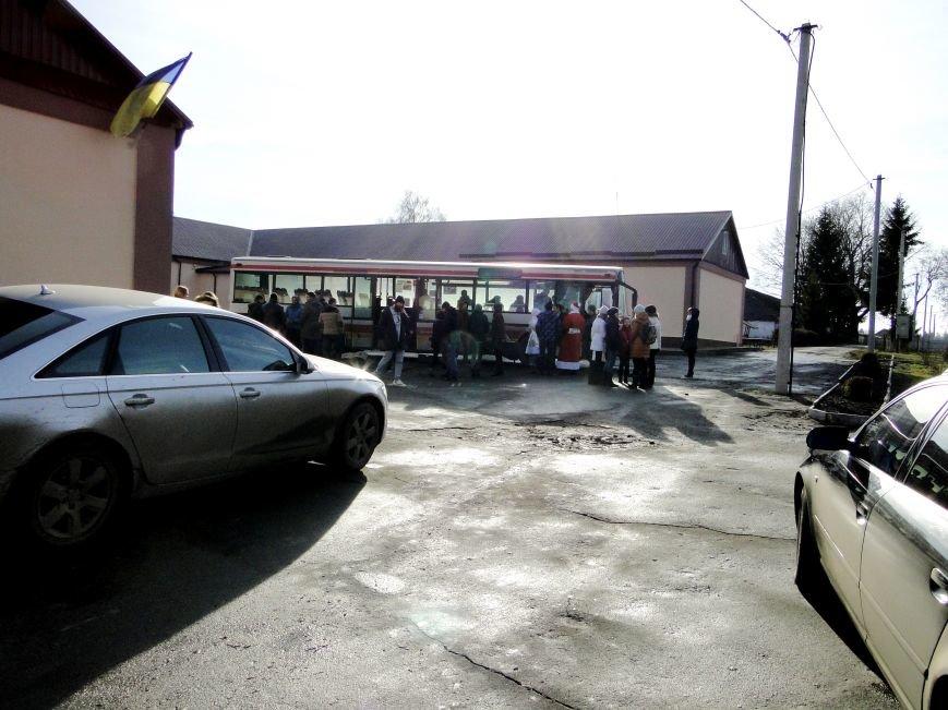 Повний автобус речей, подарунків , а головне - світлих людей прибув вчора з Хмельницького до Соколівської школи-інтернату (Фото) (фото) - фото 1