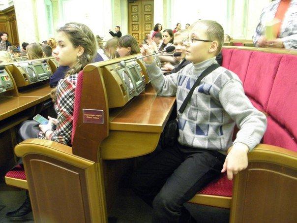 Діти бійців АТО, які загинули на Сході, спробували себе у ролі депутатів (ФОТО) (фото) - фото 2