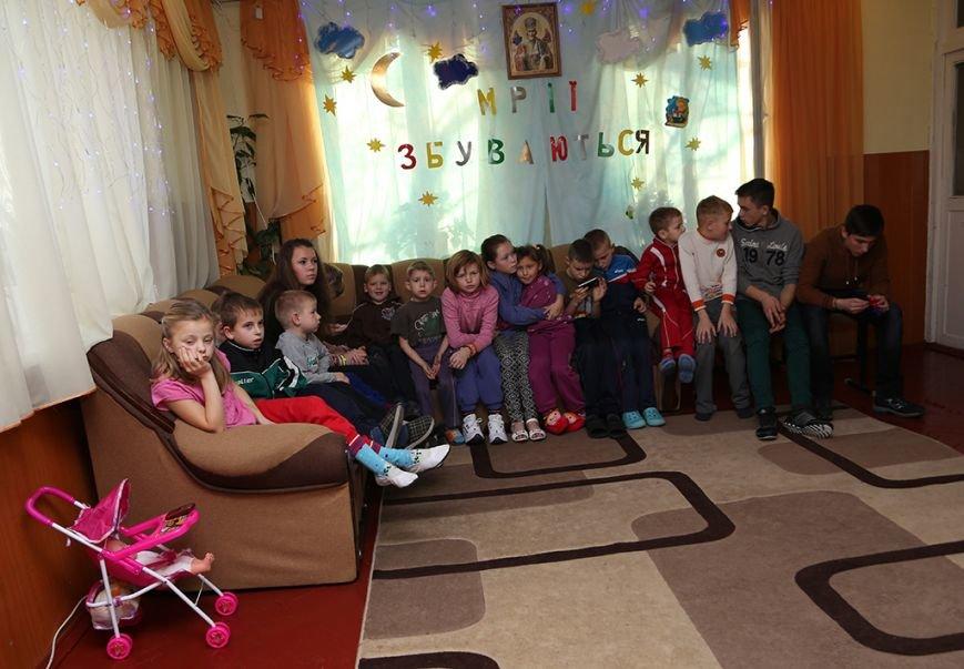 Побер і Смакоуз передали подарунки вихованцям центру соціально-психологічної реабілітації від Миколая (фото) - фото 1