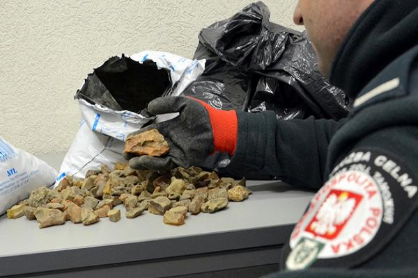 На границе с Польшей у 34-летнего мужчины таможенники обнаружили 15 кг необработанных камней янтаря (фото) - фото 1