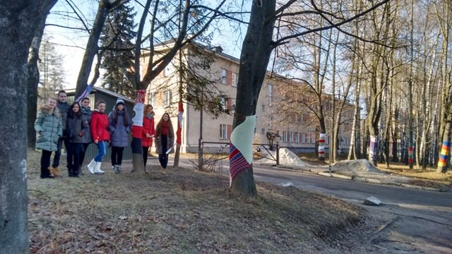 У Тернополі студенти одягнули дерева у різнокольорове «вбрання» (фото) (фото) - фото 1