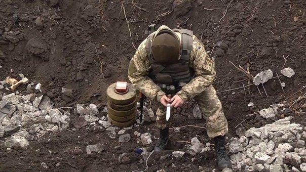 Под Мариуполем уничтожена более 100 мин (ФОТО) (фото) - фото 1
