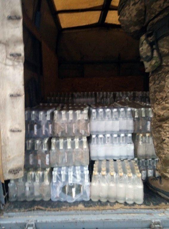 На блокпосту в Артемовске-Бахмуте задержана перевозка нелегальной водки (фото) - фото 1
