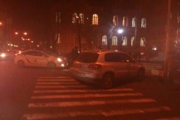 В Киеве за неправильную парковку полиция эвакуировала автомобиль нардепа Луценко (ФОТО) (фото) - фото 1