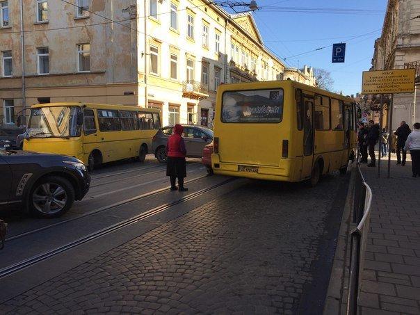 Через ДТП у центрі Львова виник затор, також тимчасово не курсують трамваї  (ФОТО) (фото) - фото 1