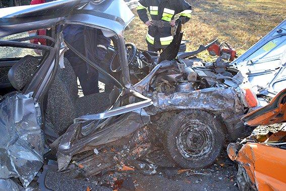 На Хмельниччині сталася страшна ДТП: 42-річний чоловік загинув, четверо людей травмовані (Фото) (фото) - фото 1