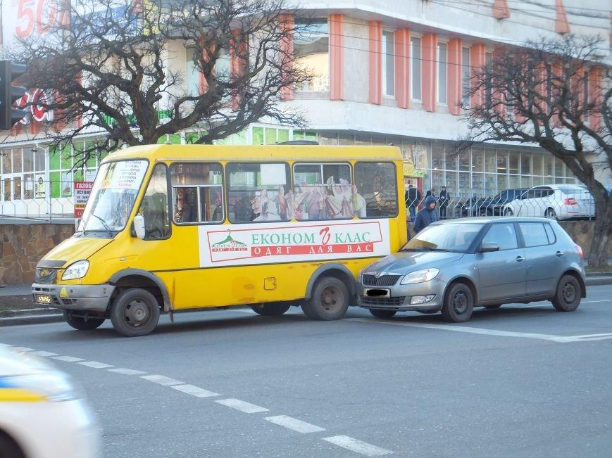 ДТП в Кировограде: легковое авто врезалось в маршрутку (фото) - фото 1