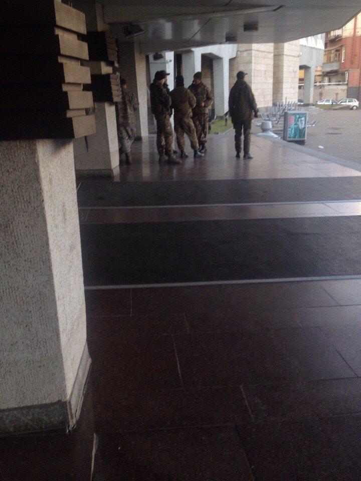 """Бойцы """"Правого сектора"""" разблокировали вход в Днепропетровский горсовет (ФОТО), фото-3"""