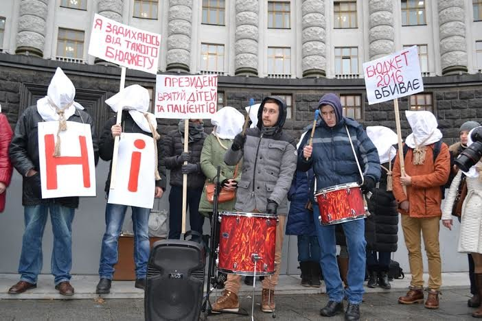 В Киеве тяжелобольные с удавкой на шее пикетировали Кабмин (ФОТО) (фото) - фото 1