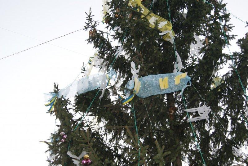 У Тернополі встановили ялинку, яка закликає людей до миру (фото) (фото) - фото 1