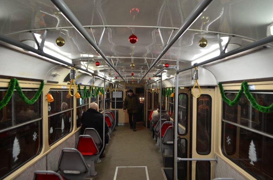 По Киеву ездят новогодние трамваи и троллейбусы с гирляндами (ФОТОФАКТ) (фото) - фото 1
