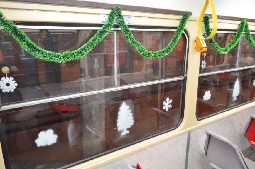 По Киеву ездят новогодние трамваи и троллейбусы с гирляндами (ФОТОФАКТ) (фото) - фото 3