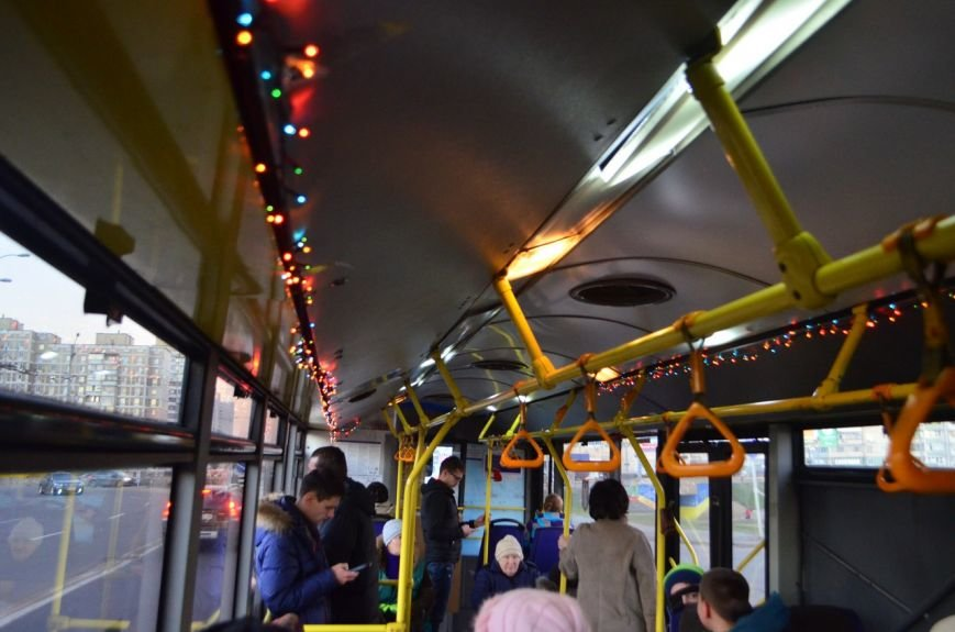 По Киеву ездят новогодние трамваи и троллейбусы с гирляндами (ФОТОФАКТ) (фото) - фото 2