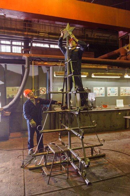 На градообразующем предприятии Полевского сварили необычное новогоднее дерево (фото) - фото 1