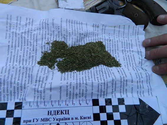 В Подольском районе полицейские задержали автомобиль с оружием и наркотиками (ФОТО) (фото) - фото 1