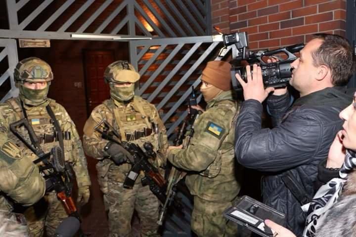 Геннадия Корбана в сопровождению правоохранителей доставили в Киеве (фото) - фото 1