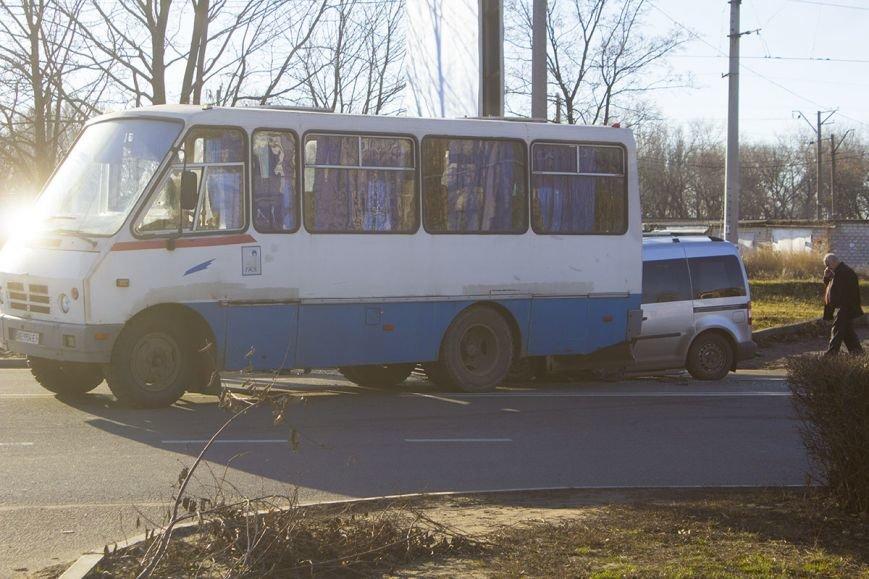 В Днепродзержинске на проспекте Юбилейном произошло ДТП с участием легкового авто и автобуса, фото-1