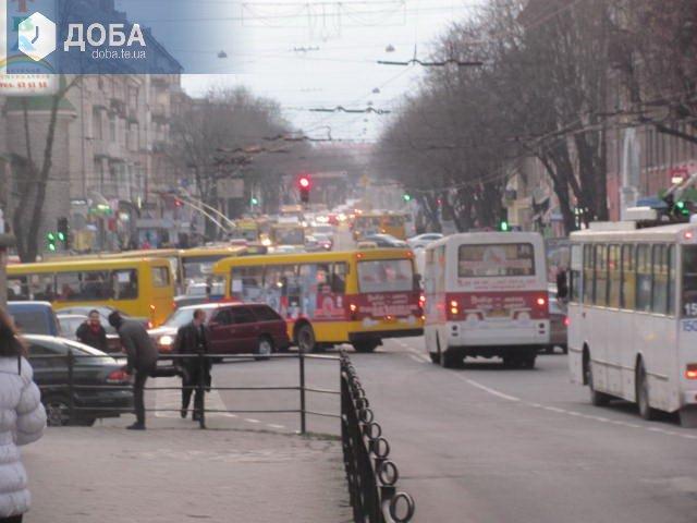В центрі Тернополя автобус в`їхав в тролейбус (фото) (фото) - фото 1