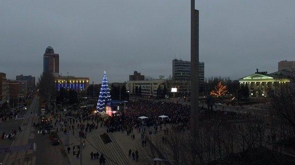 В Донецке открыли главную елку