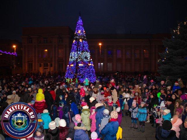 В Макеевке главная городская елка зажгла новогодние огни (фото) - фото 1