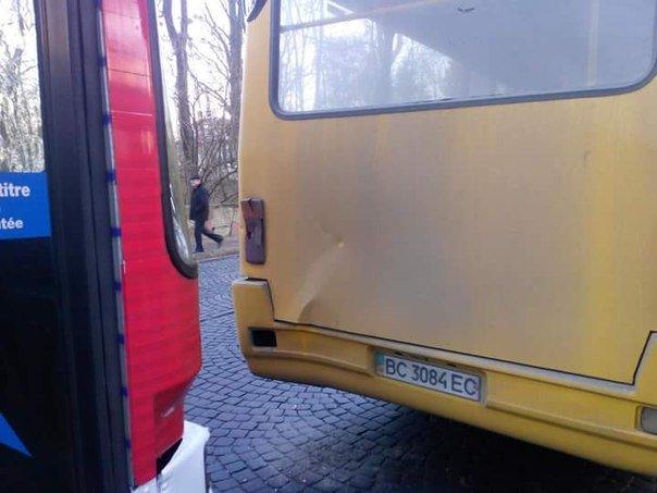У Львові в аварію потрапило дві маршрутки. Опубліковані фото з місця ДТП (ФОТО) (фото) - фото 1