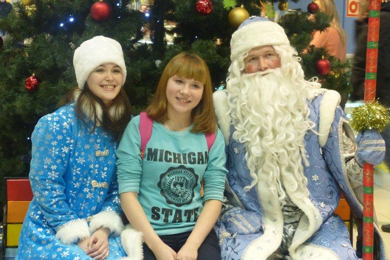 В Торговом центре Сыктывкара посетителей ждали в гости Дед Мороз и Снегурочка (фото) - фото 2