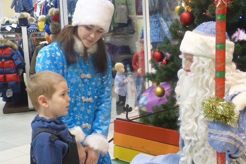 В Торговом центре Сыктывкара посетителей ждали в гости Дед Мороз и Снегурочка (фото) - фото 1