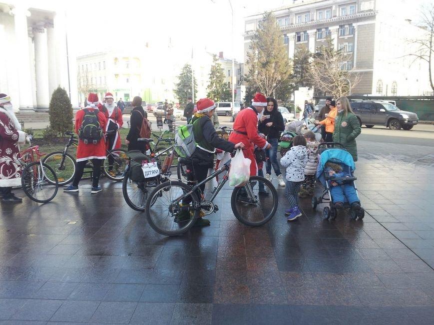 Велопробег Дедов Морозов проспектами Кривого Рога стал новогодним сюрпризом для взрослых и детей (ФОТО), фото-17