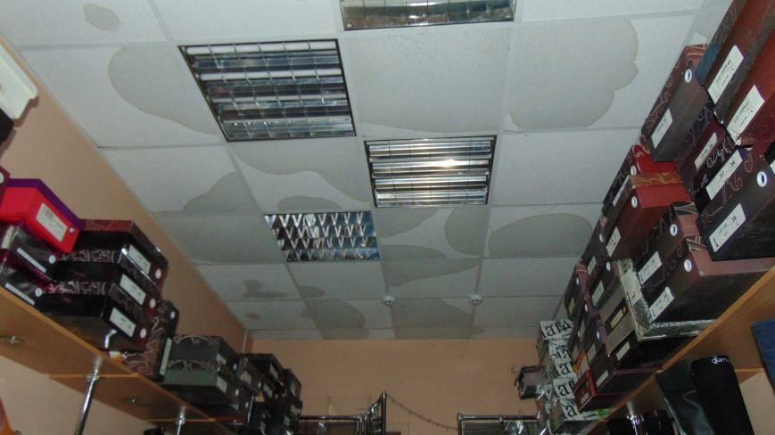 Пожар  в центре Мариуполя остановил работу магазина (ФОТОФАКТ) (фото) - фото 1