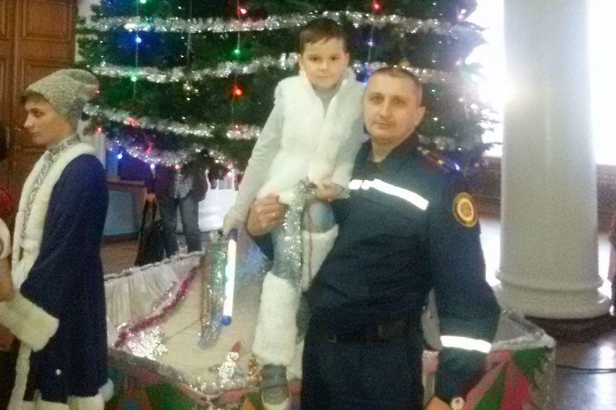 Во дворце культуры криворожские спасатели рассказали малышам, как  устанавливать и украшать  ёлку (ФОТО) (фото) - фото 1