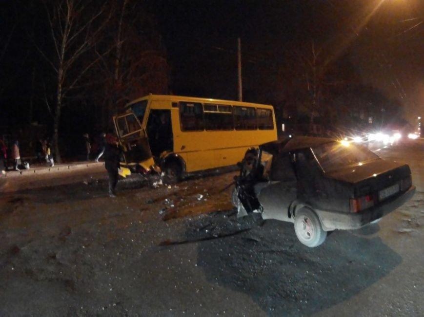 ДТП в Чернигове: машина врезалась в маршрутку (фото) - фото 1