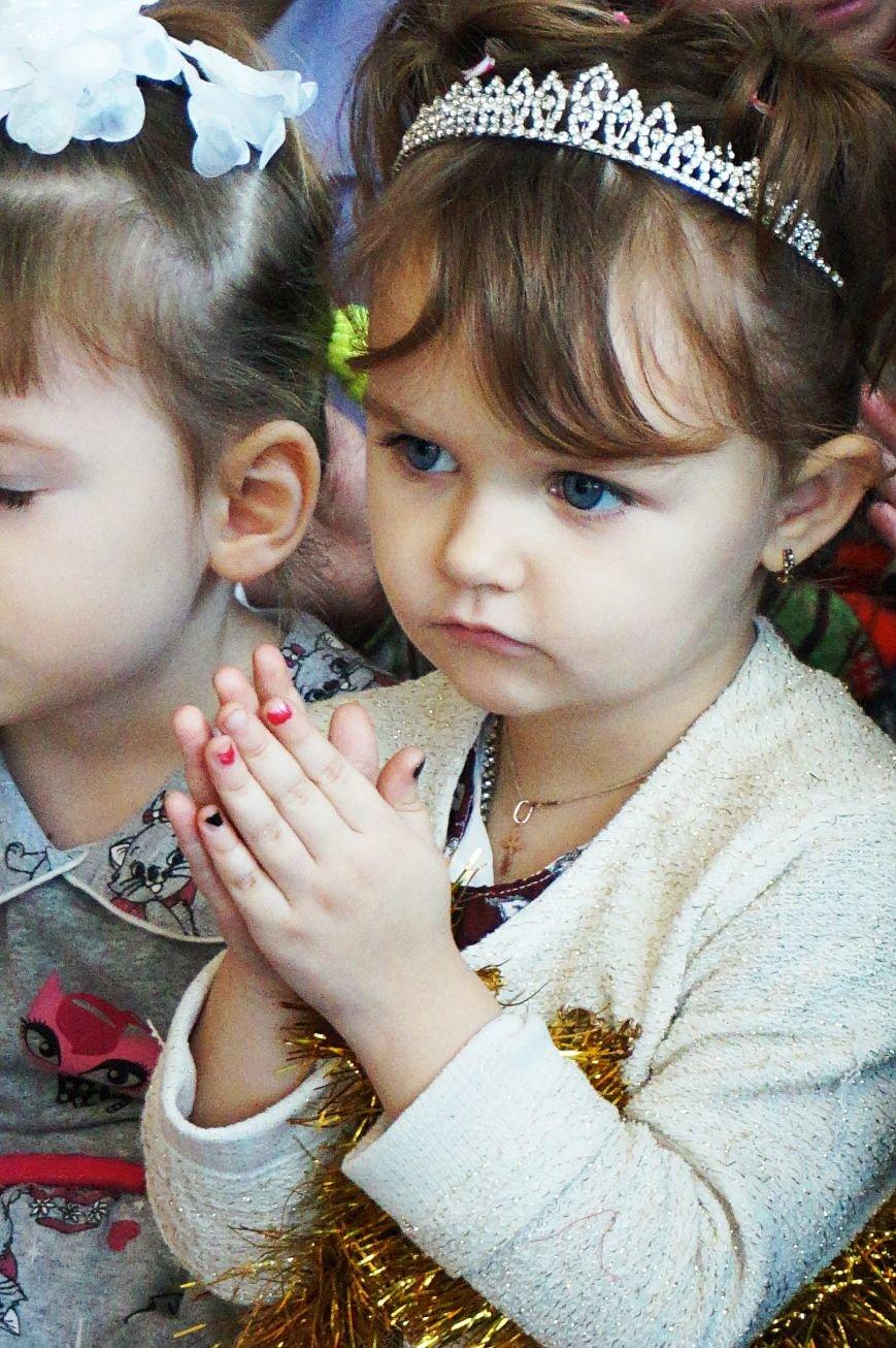 Новогодняя сказка, поздравления, подарки: к детям поселка Ильича пожаловал добрый Дед Мороз (ФОТО) (фото) - фото 4