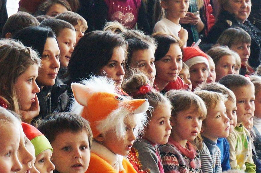 Новогодняя сказка, поздравления, подарки: к детям поселка Ильича пожаловал добрый Дед Мороз (ФОТО) (фото) - фото 6