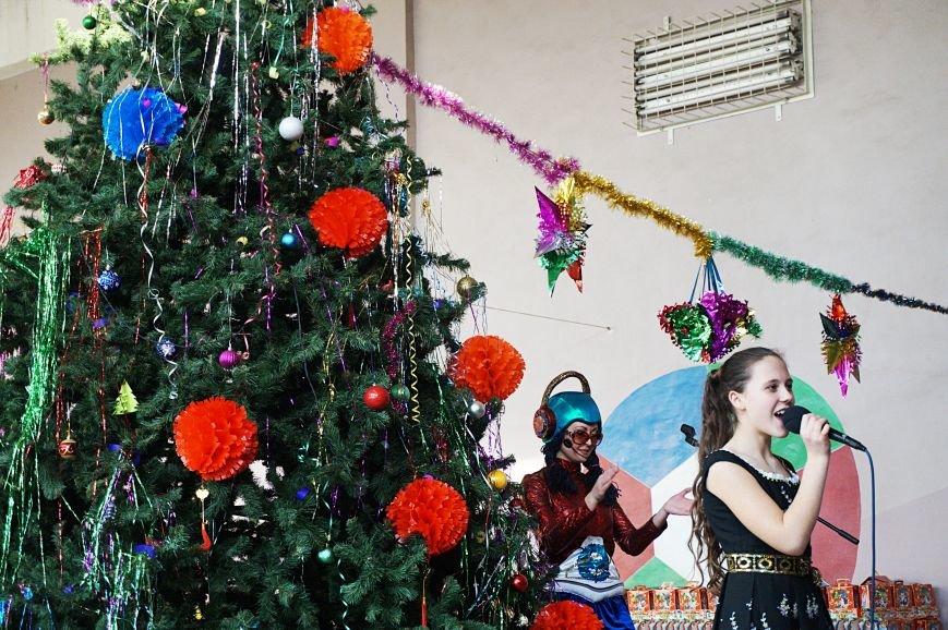 Новогодняя сказка, поздравления, подарки: к детям поселка Ильича пожаловал добрый Дед Мороз (ФОТО) (фото) - фото 7