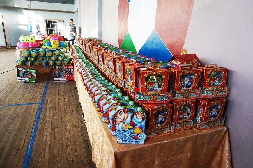 Новогодняя сказка, поздравления, подарки: к детям поселка Ильича пожаловал добрый Дед Мороз (ФОТО) (фото) - фото 1