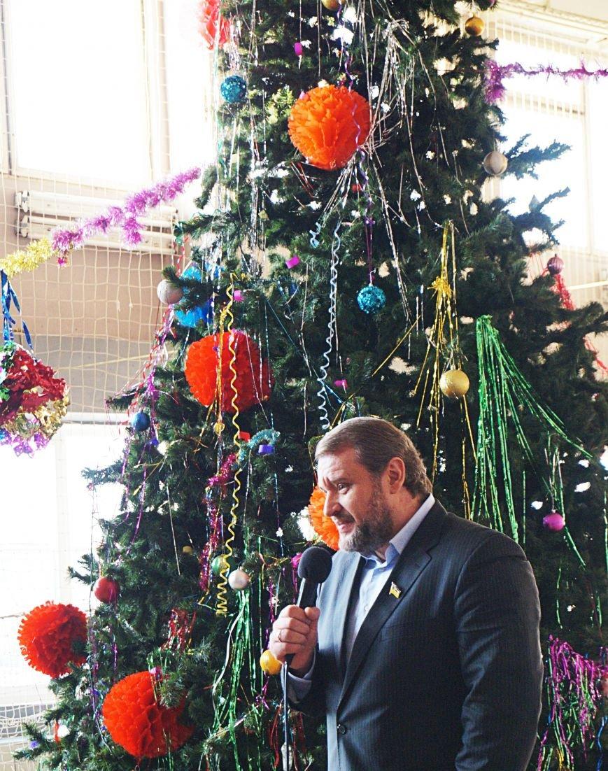 Новогодняя сказка, поздравления, подарки: к детям поселка Ильича пожаловал добрый Дед Мороз (ФОТО) (фото) - фото 5