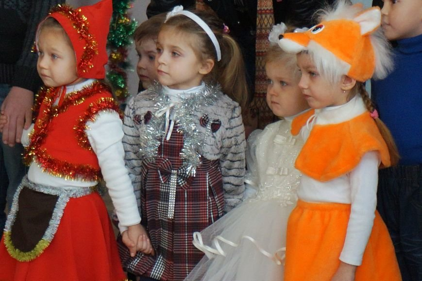 Новогодняя сказка, поздравления, подарки: к детям поселка Ильича пожаловал добрый Дед Мороз (ФОТО) (фото) - фото 8