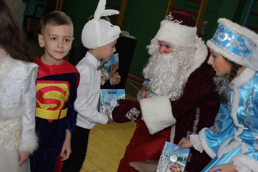 Дед Мороз спешит из сказки: в макеевских школах продолжаются новогодние утренники (фото) (фото) - фото 1