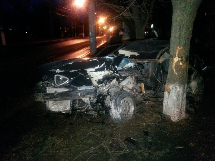 В Мариуполе пьяный автомобилист врезался в дерево (ФОТО), фото-1