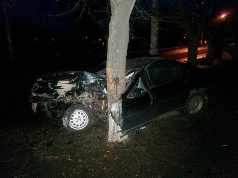 В Мариуполе пьяный автомобилист врезался в дерево (ФОТО), фото-2
