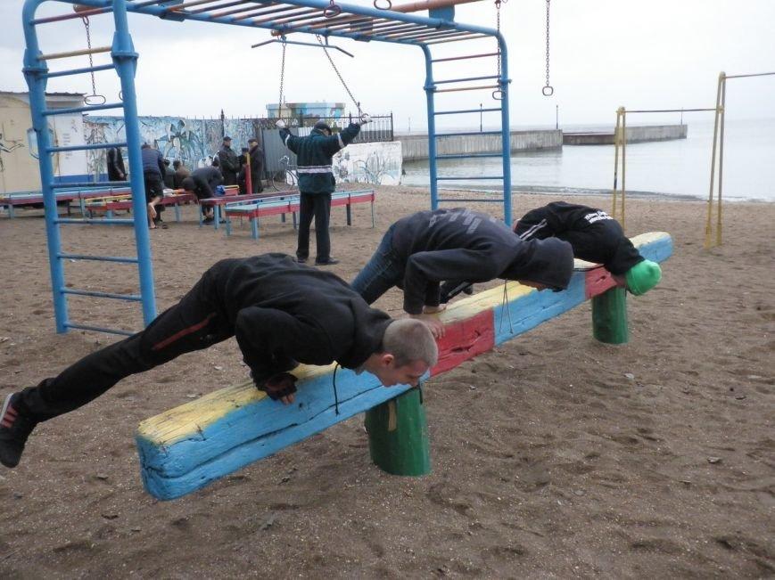 Мариупольцы занимались на турниках у моря (ФОТО) (фото) - фото 1
